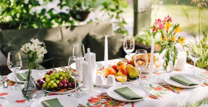 Idee per decorare la tavola in estate